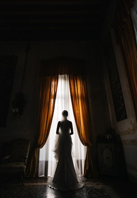 silhouette of a bride with her back to a Venetian villa in Padua