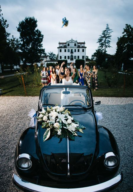 Bride launches the bouquet in a villa in Treviso
