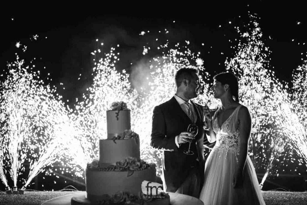 foto di due sposi a casa gobbato che tagliano la torta