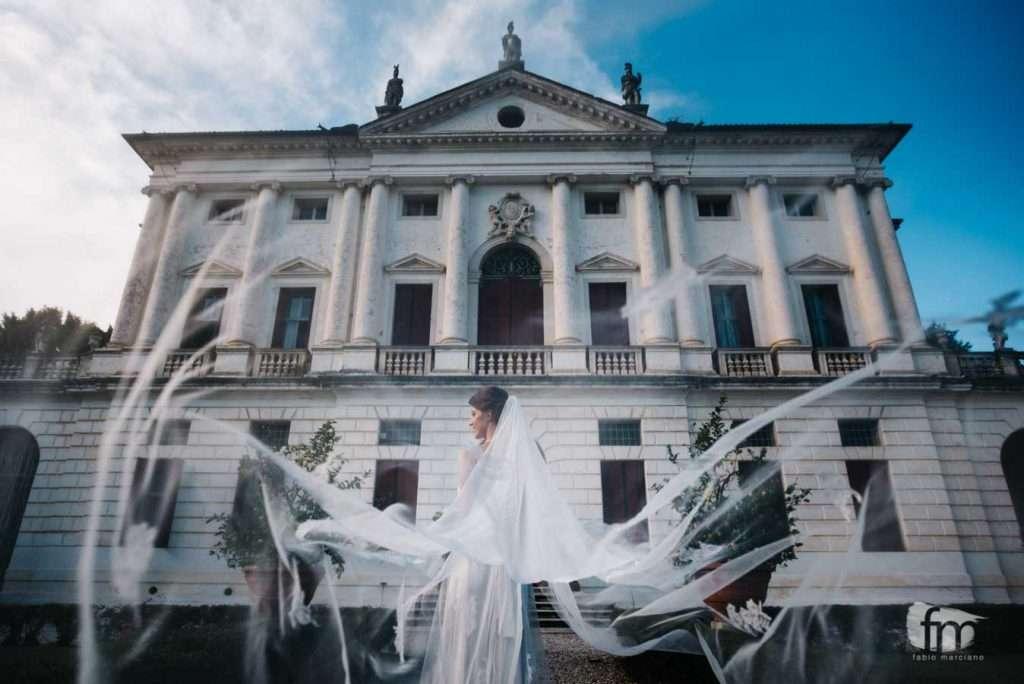 Sposa con Velo nel giardino di Ca' Marcello
