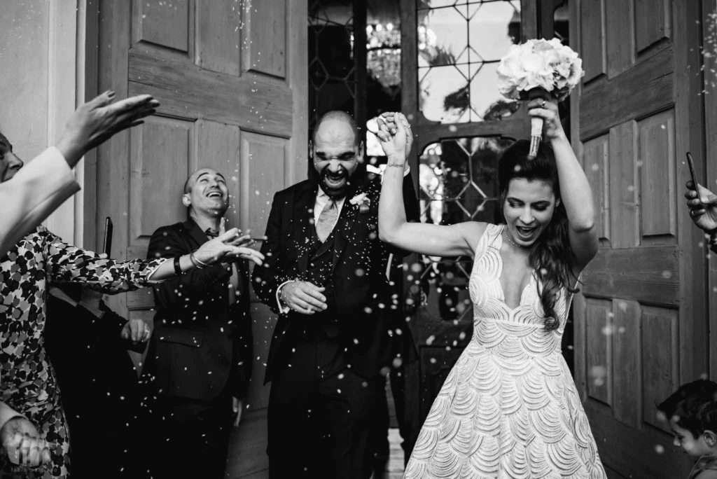 sposi felici durante il matrimonio a villa corner della regina