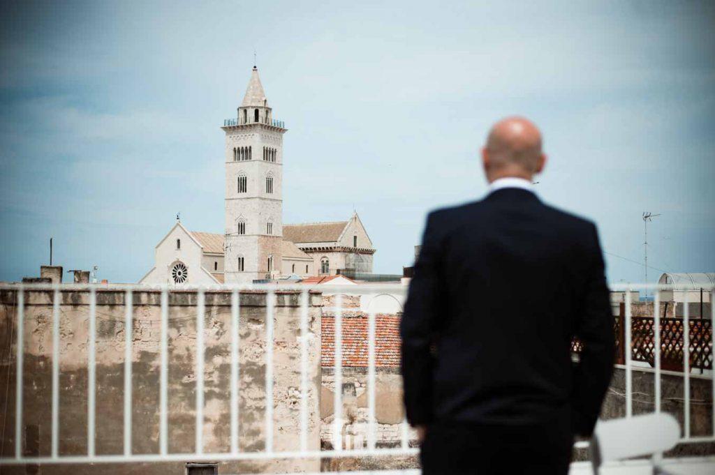 Sposo si prepara alla vista della cattedrale di Trani