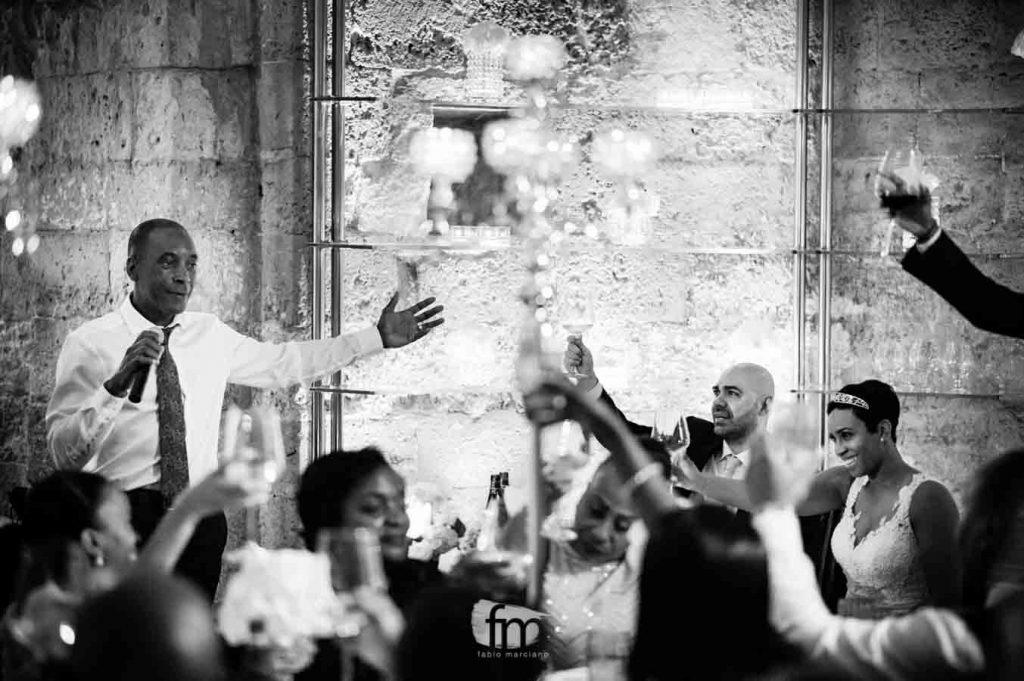 Padre della sposa durante il suo discorso alle lampare