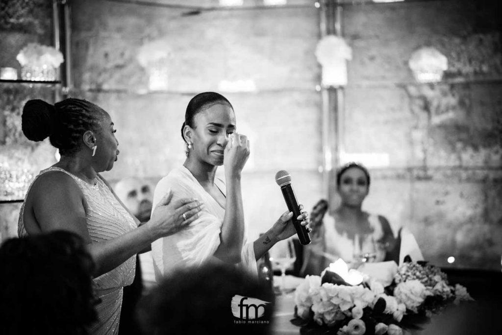 Damigella si commuove durante il discorso del matrimonio